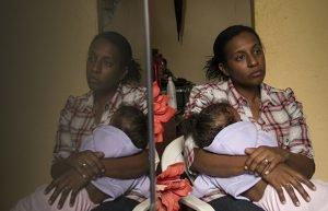Sofya dorme no colo da sua mãe, Simone. Foto: Guilherme Weimann/MAB